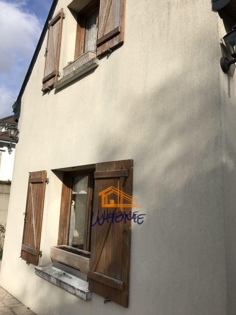 Whome - courtier en travaux - Volets et façade crépi avant nettoyage et peinture - val d'oise